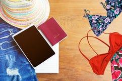 Εξαρτήματα ταξιδιού Καπέλο, smartphone, σχισμένος Jean, βιβλίο, διαβατήριο στοκ εικόνα με δικαίωμα ελεύθερης χρήσης