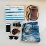Εξαρτήματα ταξιδιού Πουλόβερ, τζιν, κινητό τηλέφωνο, ζώνες, πορτοφόλια, Στοκ Εικόνες