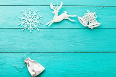 Εξαρτήματα Χριστουγέννων και νέα έννοια έτους διάστημα αντιγράφων στο μπλε ξύλινο υπόβαθρο Τοπ όψη στοκ φωτογραφίες