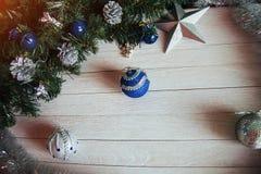 Εξαρτήματα Χριστουγέννων στον μπλε κλάδο δέντρων έλατου στο λευκό Στοκ Φωτογραφίες