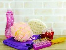 εξαρτήματα SPA με τα προϊόντα λουτρών κρέμας σαπουνιών και ντους σαμπουάν Στοκ Φωτογραφίες