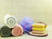 εξαρτήματα SPA με τα προϊόντα λουτρών κρέμας σαπουνιών και ντους σαμπουάν Στοκ Εικόνες