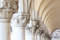 Εξασθενίζοντας στήλες του Doge παλατιού στη Βενετία Στοκ Φωτογραφίες
