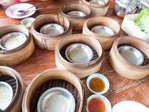 Εξασθενίστε τα πιάτα ποσού που τρώνε έξω στοκ φωτογραφίες