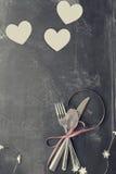 Εξασθενισμένες μαχαιροπήρουνα και καρδιές ημέρας βαλεντίνων πέρα από τον πίνακα Στοκ φωτογραφίες με δικαίωμα ελεύθερης χρήσης