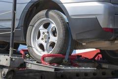Εξασφάλιση του φορτίου ενός μεταφορέα αυτοκινήτων στοκ εικόνες με δικαίωμα ελεύθερης χρήσης
