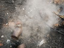 Εξαφανίστε την πυρκαγιά από τα απορρίματα στοκ φωτογραφίες με δικαίωμα ελεύθερης χρήσης