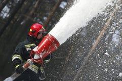 Εξαφανίστε τη δασική πυρκαγιά με τον ειδικό αφρό Στοκ φωτογραφία με δικαίωμα ελεύθερης χρήσης