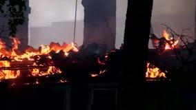 Εξαφανίστε το κάψιμο ενός παλαιού ξύλινου σπιτιού απόθεμα βίντεο