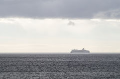 Εξαφανιμένος κρουαζιερόπλοιο στην ελαφριά ομίχλη του μπλε νερού Στοκ φωτογραφίες με δικαίωμα ελεύθερης χρήσης