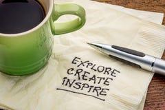 Εξερευνήστε, δημιουργήστε, εμπνεύστε στην πετσέτα στοκ εικόνες