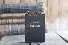 Εξερευνήστε το κείμενο και τα παλαιά βιβλία στοκ εικόνες
