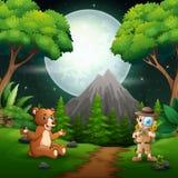 Εξερευνητής αγοριών με μια αρκούδα στη σκηνή νύχτας ελεύθερη απεικόνιση δικαιώματος