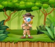 Εξερευνητής αγοριών με την ενίσχυση - γυαλί στο δάσος απεικόνιση αποθεμάτων