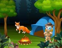 Εξερευνητής αγοριών που στρατοπεδεύει στο δάσος και μια αλεπού κοντά στη σκηνή ελεύθερη απεικόνιση δικαιώματος