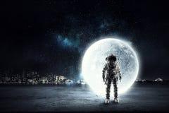 Εξερευνητής αστροναυτών στον ουρανό Μικτά μέσα απεικόνιση αποθεμάτων