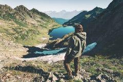 Εξερευνητής ατόμων που απολαμβάνει τη λίμνη στα βουνά Στοκ φωτογραφία με δικαίωμα ελεύθερης χρήσης