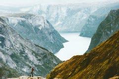Εξερευνητής ατόμων που στα βουνά Naeroyfjord Στοκ φωτογραφία με δικαίωμα ελεύθερης χρήσης