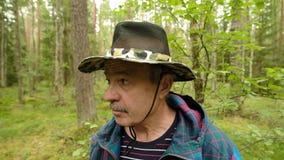Εξερευνητής ατόμων που ψάχνει την κατεύθυνση με την πυξίδα στο θερινό δάσος απόθεμα βίντεο