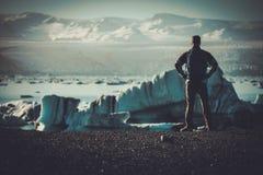 Εξερευνητής ατόμων lookig στη λιμνοθάλασσα Jokulsarlon, Ισλανδία Στοκ Φωτογραφίες