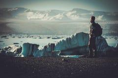 Εξερευνητής ατόμων lookig στη λιμνοθάλασσα Jokulsarlon, Ισλανδία Στοκ εικόνα με δικαίωμα ελεύθερης χρήσης