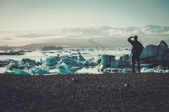 Εξερευνητής ατόμων lookig στη λιμνοθάλασσα Jokulsarlon, Ισλανδία Στοκ Εικόνα