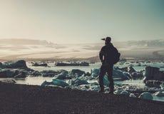Εξερευνητής ατόμων lookig στη λιμνοθάλασσα Jokulsarlon, Ισλανδία Στοκ φωτογραφίες με δικαίωμα ελεύθερης χρήσης