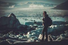 Εξερευνητής γυναικών lookig στη λιμνοθάλασσα Jokulsarlon, Ισλανδία Στοκ εικόνα με δικαίωμα ελεύθερης χρήσης