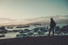 Εξερευνητής γυναικών lookig στη λιμνοθάλασσα Jokulsarlon, Ισλανδία Στοκ φωτογραφίες με δικαίωμα ελεύθερης χρήσης