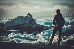 Εξερευνητής γυναικών lookig στη λιμνοθάλασσα Jokulsarlon, Ισλανδία Στοκ φωτογραφία με δικαίωμα ελεύθερης χρήσης