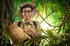 Εξερευνητής που βρίσκει τη σωστή πορεία στη ζούγκλα Στοκ Φωτογραφία