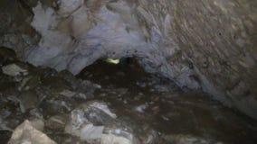 Εξερευνητής σπηλιών με το φακό απόθεμα βίντεο