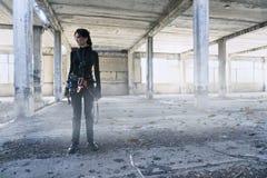 Εξερευνητής στο εγκαταλειμμένο εργοστάσιο Στοκ φωτογραφία με δικαίωμα ελεύθερης χρήσης