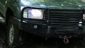 Εξερευνητικοί γύροι SUV μέσω των ξύλων αργά στο βρώμικο δρόμο απόθεμα βίντεο