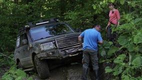 Εξερευνητικό SUV που δοκιμάζει overcom την επικίνδυνη σύνθετη έκταση στο δάσος μέσω του βαρούλκου απόθεμα βίντεο