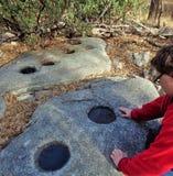 Εξερεύνηση του αμερικανού ιθαγενούς που αλέθει πέτρινο Mortero στοκ εικόνες με δικαίωμα ελεύθερης χρήσης