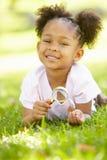 εξερεύνηση των νεολαιών φύσης κοριτσιών στοκ εικόνες