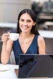 Εξερχόμενη γυναικεία δοκιμάζοντας κούπα του ποτού Στοκ Φωτογραφίες