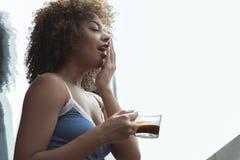 Εξερχόμενη δοκιμάζοντας κούπα κοριτσιών του καφέ Στοκ φωτογραφία με δικαίωμα ελεύθερης χρήσης