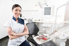 Εξερχόμενη εντόπιση stomatologist στο οδοντικό δωμάτιο Στοκ εικόνα με δικαίωμα ελεύθερης χρήσης