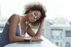 Εξερχόμενο δοκιμάζοντας ποτό νέων κοριτσιών το πρωί Στοκ Εικόνες