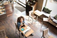Εξερχόμενο δοκιμάζοντας φλιτζάνι του καφέ γυναικών Στοκ Εικόνα