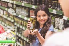 Εξερχόμενο προϊόν επίδειξης μικρών κοριτσιών στο mom Στοκ εικόνες με δικαίωμα ελεύθερης χρήσης