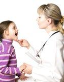 εξετάζει τον παιδίατρο κοριτσιών Στοκ εικόνες με δικαίωμα ελεύθερης χρήσης