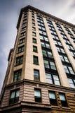 Εξετάζοντας επάνω ένα πολυόροφο κτίριο στη στο κέντρο της πόλης Βαλτιμόρη, Μέρυλαντ Στοκ Εικόνα