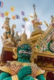 Εξετάζοντας επάνω το γιγαντιαίο άγαλμα στο ναό στο ubonratchathani, Thailan Στοκ φωτογραφίες με δικαίωμα ελεύθερης χρήσης