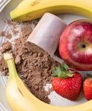 Εξετάζοντας κάτω τη θέση της σκόνης αντικατάστασης γεύματος, μήλο, strawbe Στοκ εικόνες με δικαίωμα ελεύθερης χρήσης