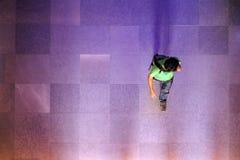Εξετάζοντας κάτω τη σκιαγραφία του επιχειρησιακού ατόμου, ταξιδιώτης που περπατά επάνω στοκ φωτογραφίες