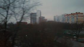 Εξετάζοντας την πόλη βραδιού από το παράθυρο της κίνησης του τραίνου, Ρωσία απόθεμα βίντεο