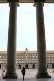 Εξετάζοντας τη Royal Palace της Νάπολης, Ιταλία Στοκ φωτογραφία με δικαίωμα ελεύθερης χρήσης